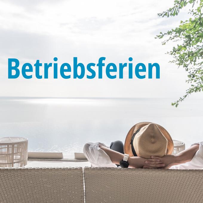 Frau mit Hut entspannt auf einer Sofalounge mit Blick aufs Meer.
