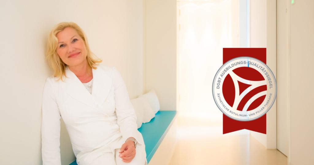 Ärztin sitzt entspannt auf einer Bank in einer Praxis und rechts von ihr wird ein rotes Siegel gezeigt