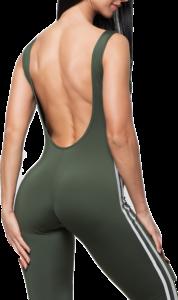 Frau im engen Sportanzug posiert mit der Rückseite und setzt ihren Po in Szene