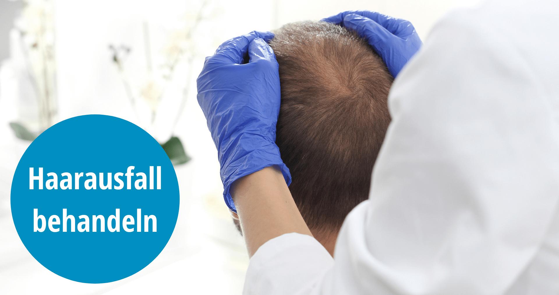 Dermatologe untersucht Kopfhaut des Patienten